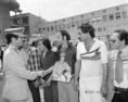 Muammar Al-Kadhafi ( a képen) köszönti a fogadására megjelent diákokat