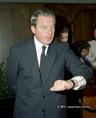 F. Vranitzky az óráját nézi