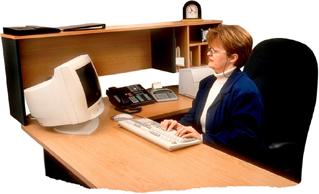 A monitor elhelyezése a munkaasztalon