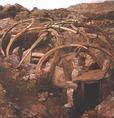 Részben rekonstruált Thule-gödörház, melyet a Baffin-sziget déli partján tártak fel