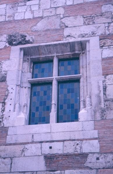 A budai királyi palota - István-torony nagytermének négyzetes, keresztosztós, szépen profilállt ablaka