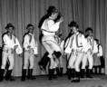 Az Építők Szakszervezetének tánccsoportja csürdöngölőt mutat be