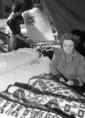 Murán Mihályné az export szőnyegeket rojtozza