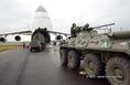 Az AN-124-es repülőgépbe viszik az Irakba induló magyar békefenntartók járműveit