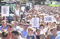 Tüntetés a Ringa kapuvári gyára előtt