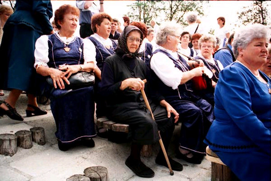 Idősebb falusi néni hagyományos öltözetben