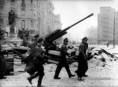 Hadifoglyokat kísérnek 1945-ben