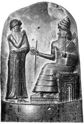 Az ülő Napisten a törvények megalkotásával bízza meg az álló Hammurapi királyt