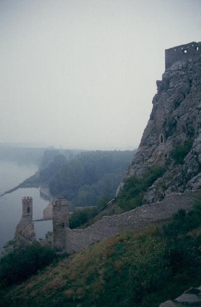 A dévényi vár déli oldala a Duna felől