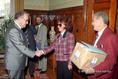 Szabad György átveszi a Vasutas Szakszervezet petícióját