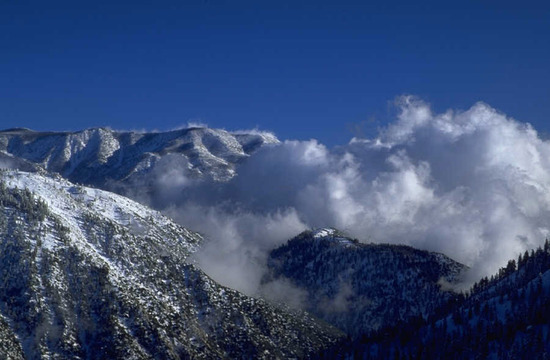 A hegyek felfogják a felhőket