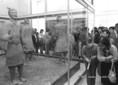 Kínai agyaghadsereg kiállításának látogatói