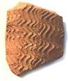Cseréptöredék a korai Khartum-kultúra jellegzetes hullámvonalas díszítésével