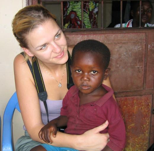 AfrikaNapok - Fehér-hölgy-afrikai-gyermek