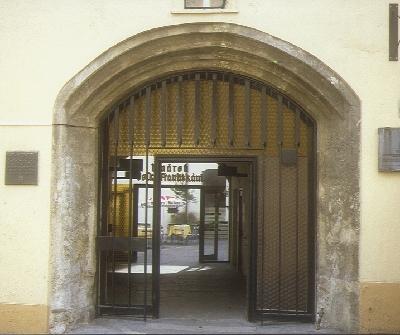 A Pozsonyi Egyetem ívelt záródású késő-gótikus kapuzata