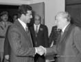 Kádár János (jobb oldalon) üdvözli Szaddam Husszeint