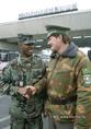 Egy amerikai és egy magyar katona köszönti egymást