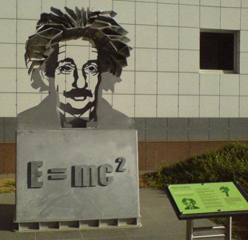 Einstein_sculpture_at_Questacon_in_April_2008