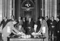 Georgi Atanaszov és Lázár György aláírja a bolgár-magyar jegyzőkönyvet