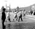 Járókelők a Szabadság híd pesti hídfőjénél