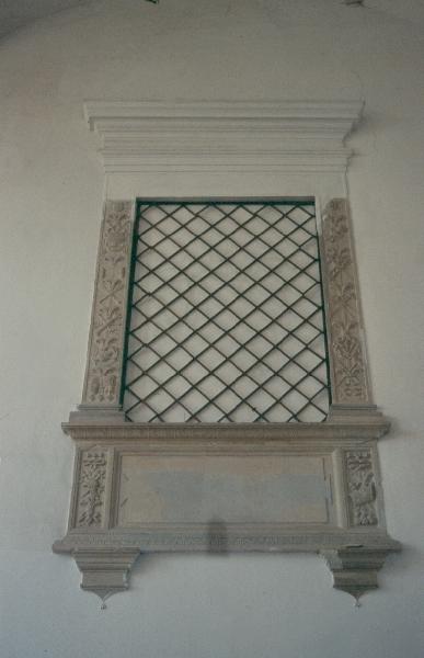 A siklósi vár - a várkápolna oratórium ablaka