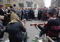 A holland királynő és férje a Vörösmarty téren utcai zenészek műsorát hallgatja