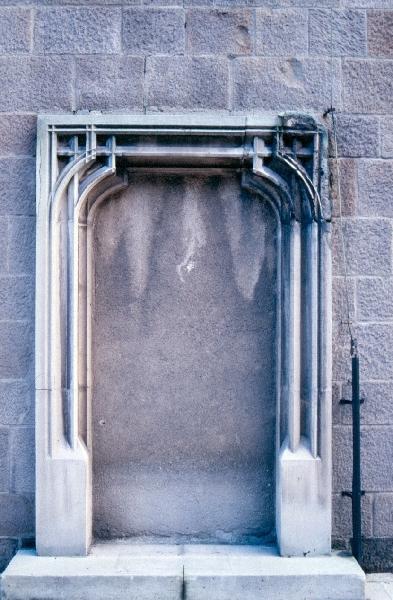 A budai királyi palota - késő-gótikus szemöldökgyámos, gazdagon profilállt ajtó nyíláskeret