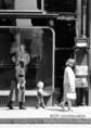 Három nemzedék egymás után egy pesti utcán