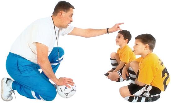 Edzőjükre figyelő kisfiúk