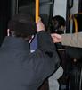 A gyerek átadja a buszon a helyet az idős embernek