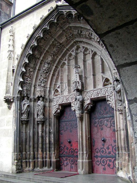Hronsky_Benadik-Hlavny_portal_klastorneho_kostola