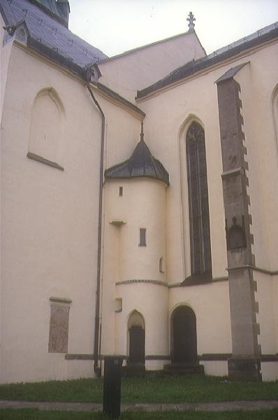 A körmöcbányai Szent Katalin plébániatemplom déli oldala