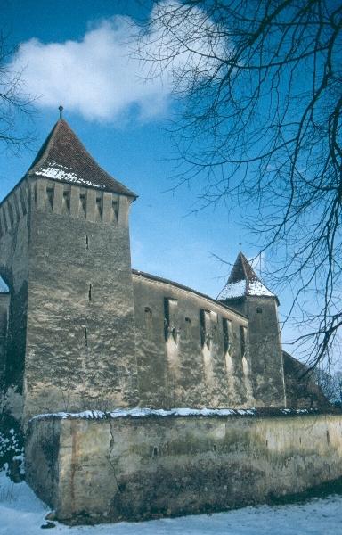 A szászhermányi templomvár homlokzata a várfalakkal és a négyzetes tornyokkal
