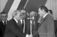 Marjai József és Pónya József, a Paksi Atomerőmű Vállalat igazgatója köszöntik egymást a második reaktorblokk avatásán