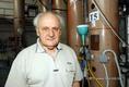 Olajfaló baktériumot tenyésztett ki Mécs Imre professzor