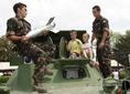 Egy honvéd a páncéltörő rakétát mutatja be a gyerekeknek a Szent László napi lövész-juniálison