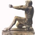 A hős Héraklészt íjász testtartásban, remekmívű lemezvértben ábrázolja a szobor
