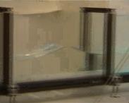 Szökőár a konyhában. A szétfolyó víz egy bizonyos távolságban hullámfrontot alakít ki.