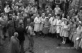 Az udvaron tartott gyűlésen jelentik be az Albus Szappangyárban az államosítást