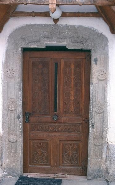 A csíkszentmihályi plébániatemplom déli, késő-gótikus rozettákkal díszített kapuja