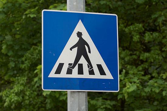 A kijelölt gyalogos-átkelőhelyet jelző tábla