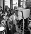 Televíziós informátor a buszpályaudvaron