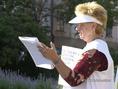 Ionica Katalin a pécsi Széchenyi téren mondja el sérelmeit