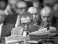 Aczél György Népszabadságot olvas a Parlamentben