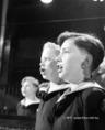 Wiener Sängerknaben kórus tagjai énekelnek