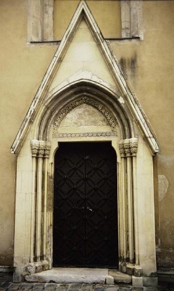 A soproni ferences kolostor nyugati kapuja