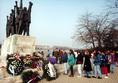 Megemlékezés a zsidó mártírok emlékművénél