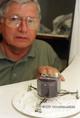 Szalai Sándor, az Űrtechnikai Laboratórium vezetője az 1:15 méretarányú Rosetta űrszondával