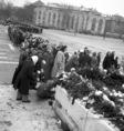 Nőtüntetés az ismeretlen katona sírjánál