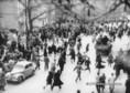 Menekülő tömeg a Köztársaság téren